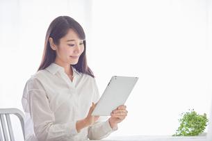 タブレットPCを持つ女性の写真素材 [FYI02565063]