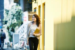 ビルの前を歩く女性の写真素材 [FYI02565072]
