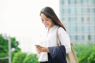 スマートフォンを持つ女性の写真素材 [FYI02565128]