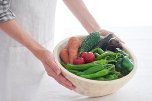 野菜を持つ女性の手の写真素材 [FYI02565153]