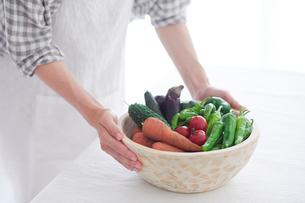 野菜を持つ女性の手の写真素材 [FYI02565166]