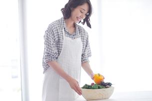 野菜を持つ女性の写真素材 [FYI02565170]