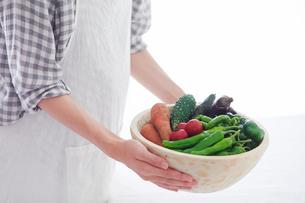 野菜を持つ女性の手の写真素材 [FYI02565253]
