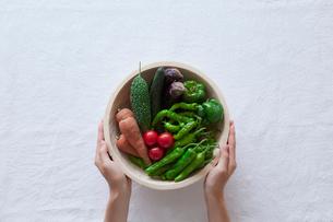 野菜を持つ女性の手の写真素材 [FYI02565269]