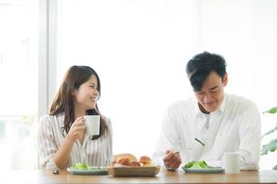 食事をする男性と女性の写真素材 [FYI02565374]