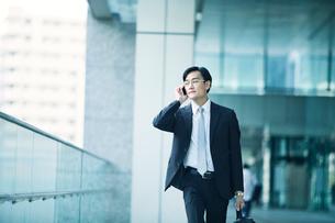 歩くビジネスマンの写真素材 [FYI02565499]