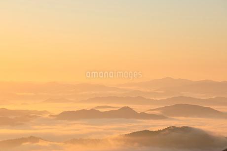 大江山から望む雲海の山並みと夜明けの空の写真素材 [FYI02566122]