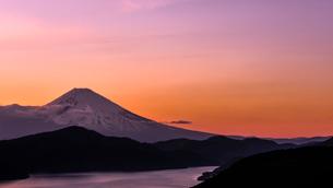 大観山からの富士山と芦ノ湖 夕景の写真素材 [FYI02566123]