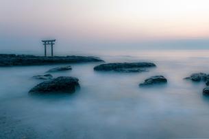 神磯の鳥居と夜明けの写真素材 [FYI02566253]