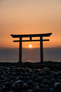 神磯の鳥居と日の出の写真素材 [FYI02566430]