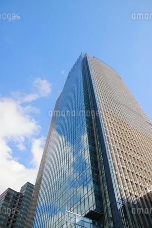 東京ミッドタウンを見上げた青空の写真素材 [FYI02567374]