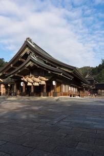朝の出雲大社拝殿の写真素材 [FYI02567547]