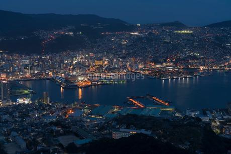 稲佐山から見る長崎の夜景の写真素材 [FYI02567600]