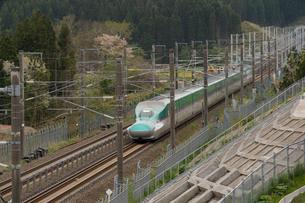 北海道木古内町を走る新幹線の写真素材 [FYI02567892]
