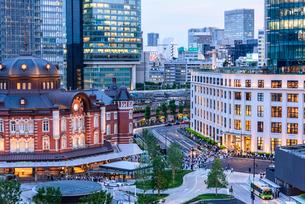 東京駅舎と夕暮れの丸の内の写真素材 [FYI02567960]