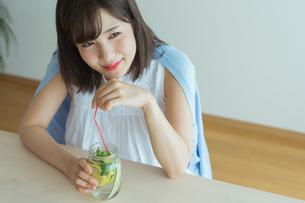 デトックスウォーターを飲む女性の写真素材 [FYI02568068]