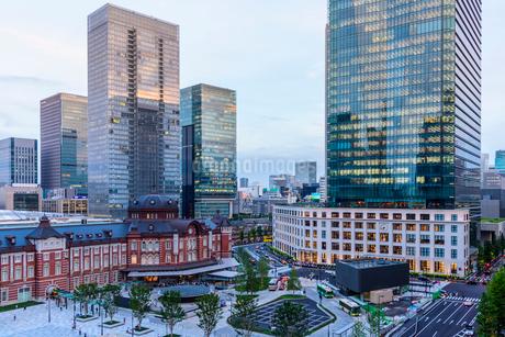 東京駅舎と夕暮れの丸の内の写真素材 [FYI02568073]