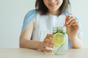 デトックスウォーターを飲む女性の写真素材 [FYI02568155]