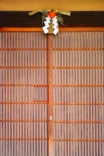 正月飾りのある玄関の写真素材 [FYI02568159]