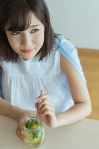 デトックスウォーターを飲む女性の写真素材 [FYI02568164]