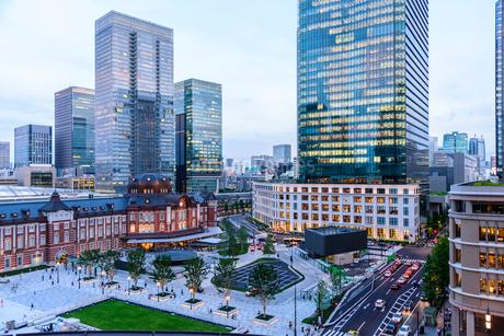 東京駅舎と夕暮れの丸の内の写真素材 [FYI02568175]