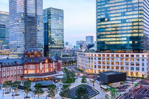東京駅舎と夕暮れの丸の内の写真素材 [FYI02568185]