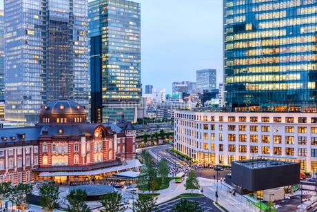 東京駅舎と夕暮れの丸の内の写真素材 [FYI02568188]