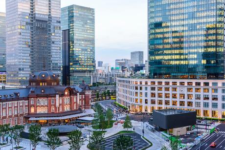 東京駅舎と夕暮れの丸の内の写真素材 [FYI02568196]