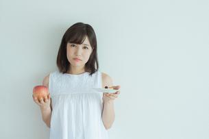 ダイエットをする女性の写真素材 [FYI02568215]