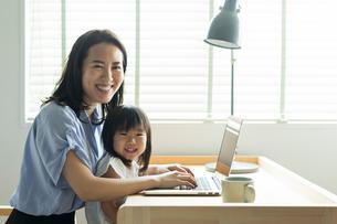 仕事をする女性と女の子の写真素材 [FYI02568491]