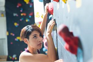 ボルダリングをする若い女性の写真素材 [FYI02568498]
