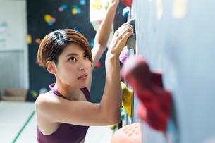 ボルダリングをする若い女性の写真素材 [FYI02568555]