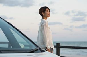 海の景色を楽しむ20代女性の写真素材 [FYI02568716]