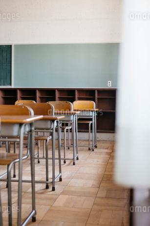 教室の机と椅子の写真素材 [FYI02568805]