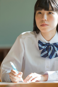 勉強をする女子高校生の写真素材 [FYI02568843]