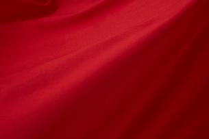 靡いている赤い旗の写真素材 [FYI02569014]