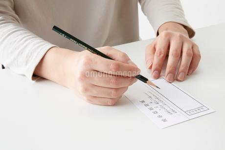 投票用紙に記入する女性の手元の写真素材 [FYI02569029]
