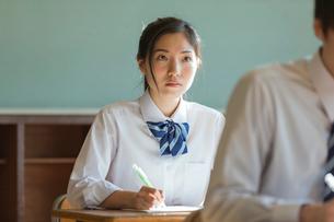 教室で勉強する女子高校生の写真素材 [FYI02569089]