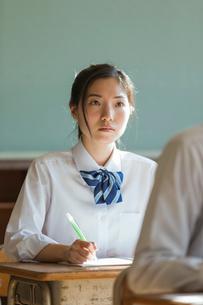 教室で勉強する女子高校生の写真素材 [FYI02569176]