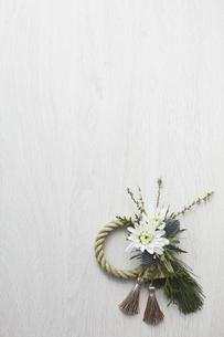 白い木目天板上のアレンジ締縄の写真素材 [FYI02569235]
