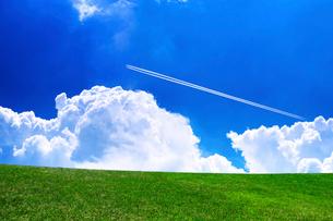 草原と青空と飛行機雲の写真素材 [FYI02569244]