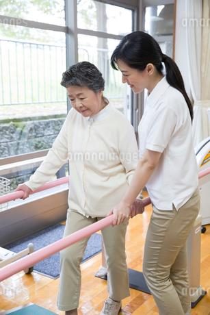 介護福祉士と機能訓練をするシニア女性の写真素材 [FYI02569390]