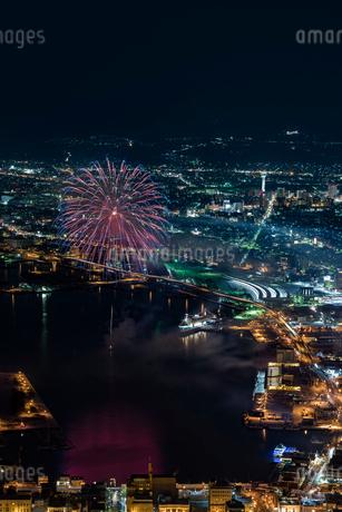 函館海上冬花火の写真素材 [FYI02569937]