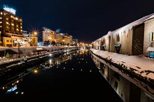 小樽運河 雪あかりの路の写真素材 [FYI02569944]