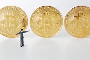 ビットコインとミニチュアのサラリーマンの写真素材 [FYI02570061]
