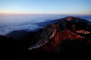 モルゲンロートの杓子岳と白馬鑓ヶ岳の写真素材 [FYI02570580]