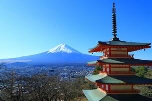 新倉浅間神社より望む富士山の写真素材 [FYI02570640]