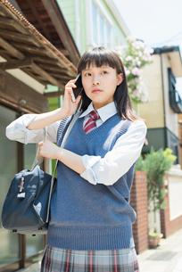 女子高生 スマートフォン 通話の写真素材 [FYI02570664]