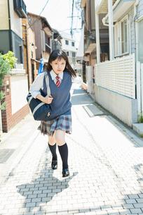 女子高生 登下校 玄関前の写真素材 [FYI02570665]