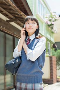 女子高生 スマートフォン 通話の写真素材 [FYI02570673]